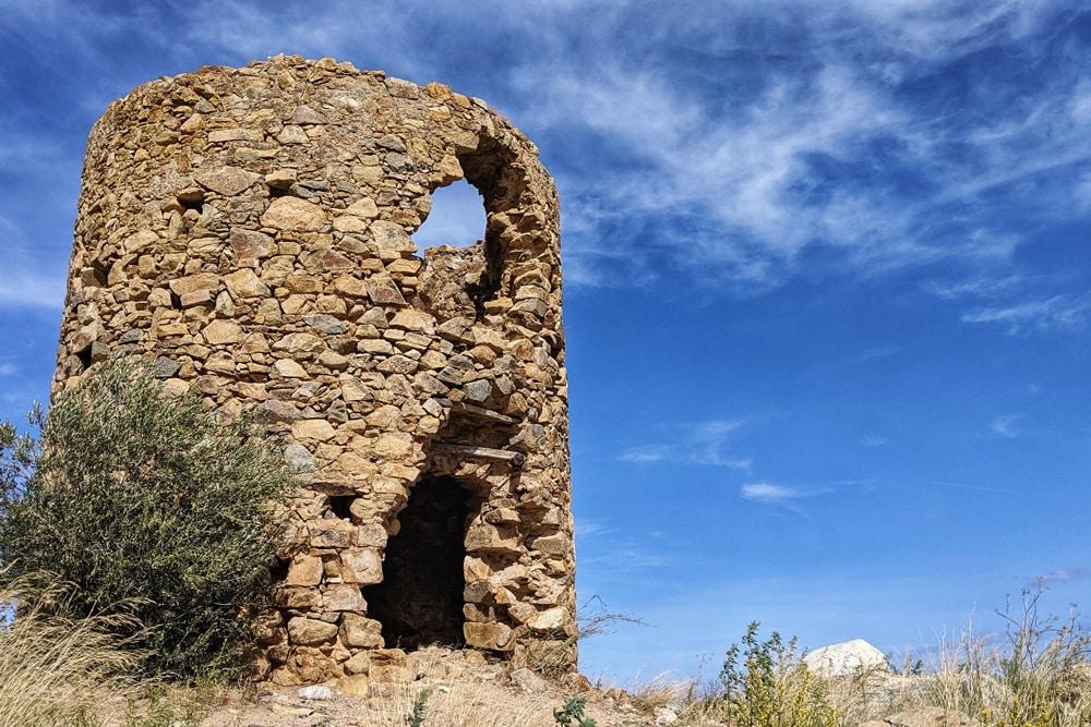 Sehenswürdigkeiten auf Korsika: Verfallenes Gebäude auf einem Hügel bei L'Ile-Rousse