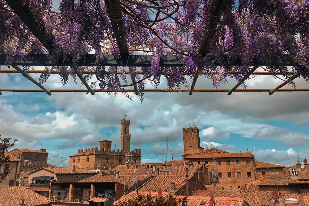 Blick über die Dächer von Volterra in der Toskana