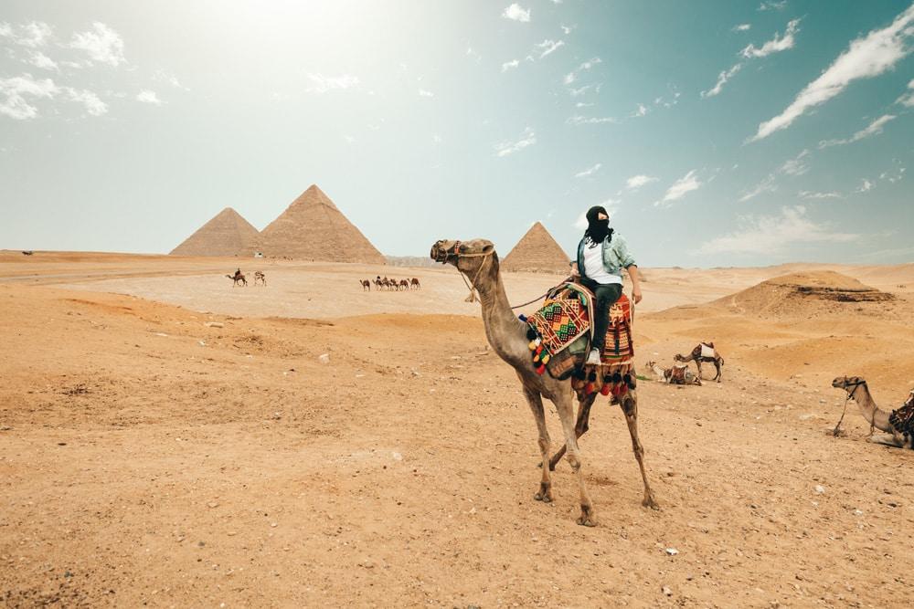 Mit einem Kamel zu den Pyramiden, Foto: Foto: Spencer Davis / Unsplash
