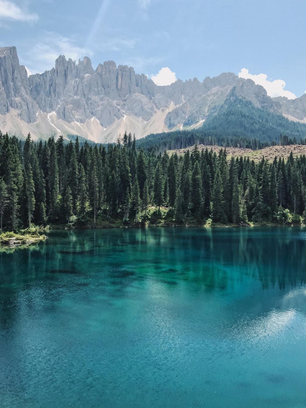 Der Karersee ist ein traumhafter Bergsee in Südtirol, Foto: Reiseuhu / Unsplash