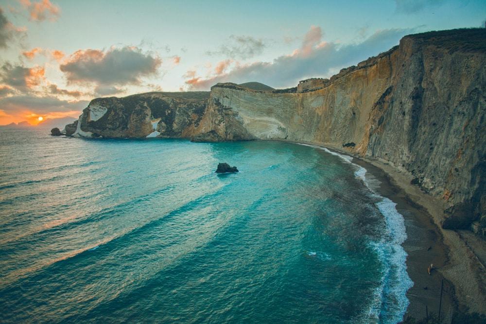 Steilküste von Ponza, Foto: Ferhat Deniz Fors / Unsplash