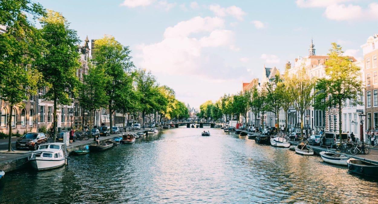 Gracht in Amsterdam, Foto: Adrien Olichon / Unsplash