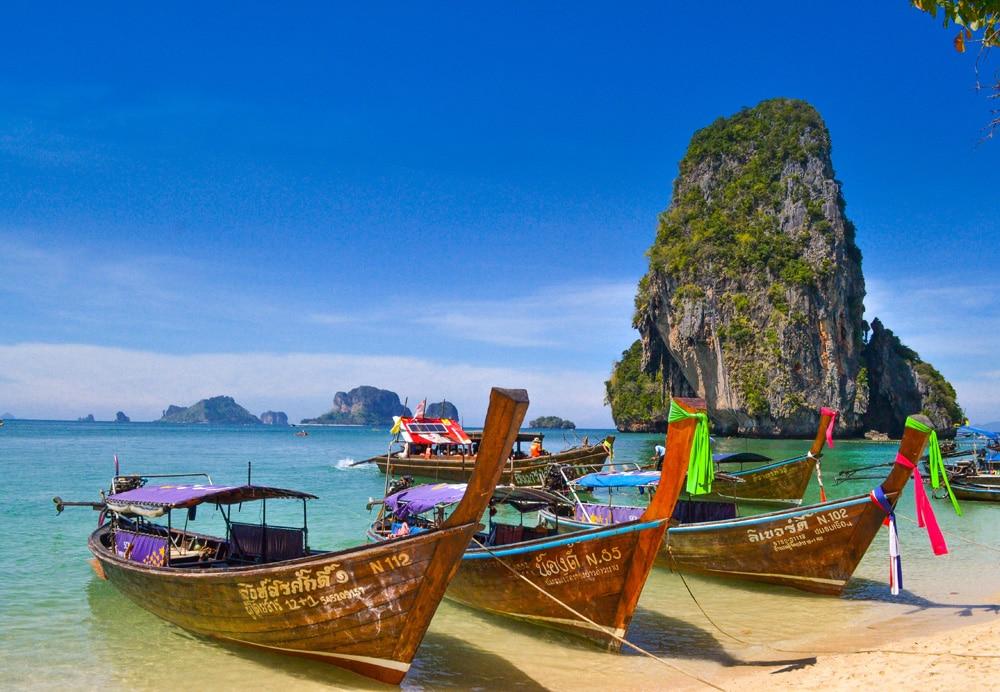 Typische Thai-Boote auf Krabi, Foto: Sumit Chinchane / Unsplash