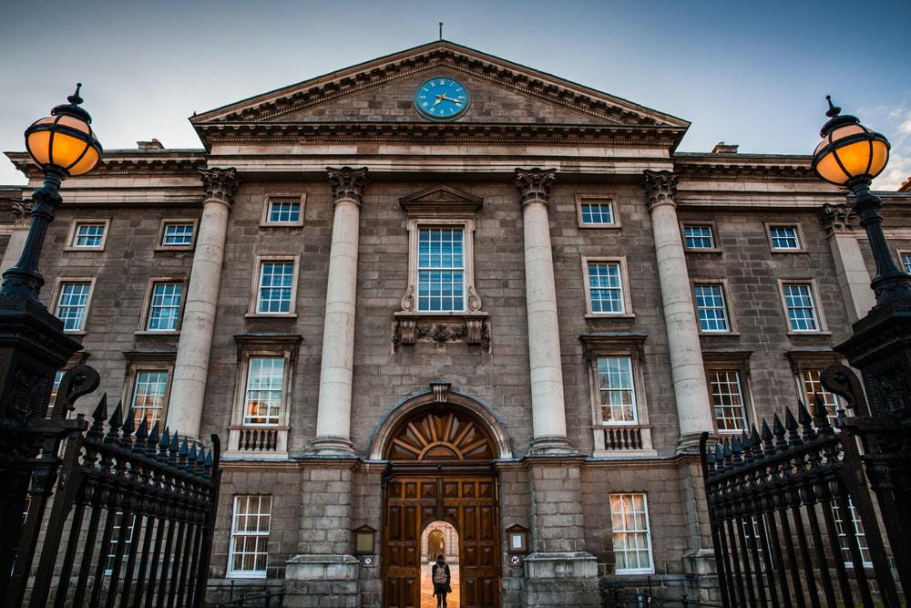 Eingang zum Trinity College, Foto: Stephen Bergin / Unsplash