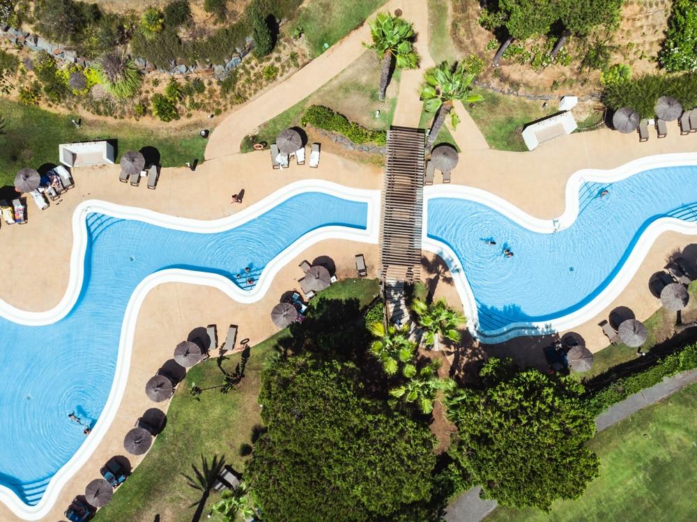 Urlaubshotels am liebsten mit Pool, Foto: Victor Garcia / Unsplash