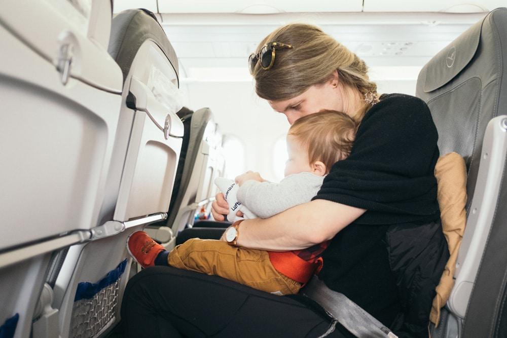 Fliegen mit Kind ist etwas Besonderes, Foto: Paul Hanaoka / Unsplash