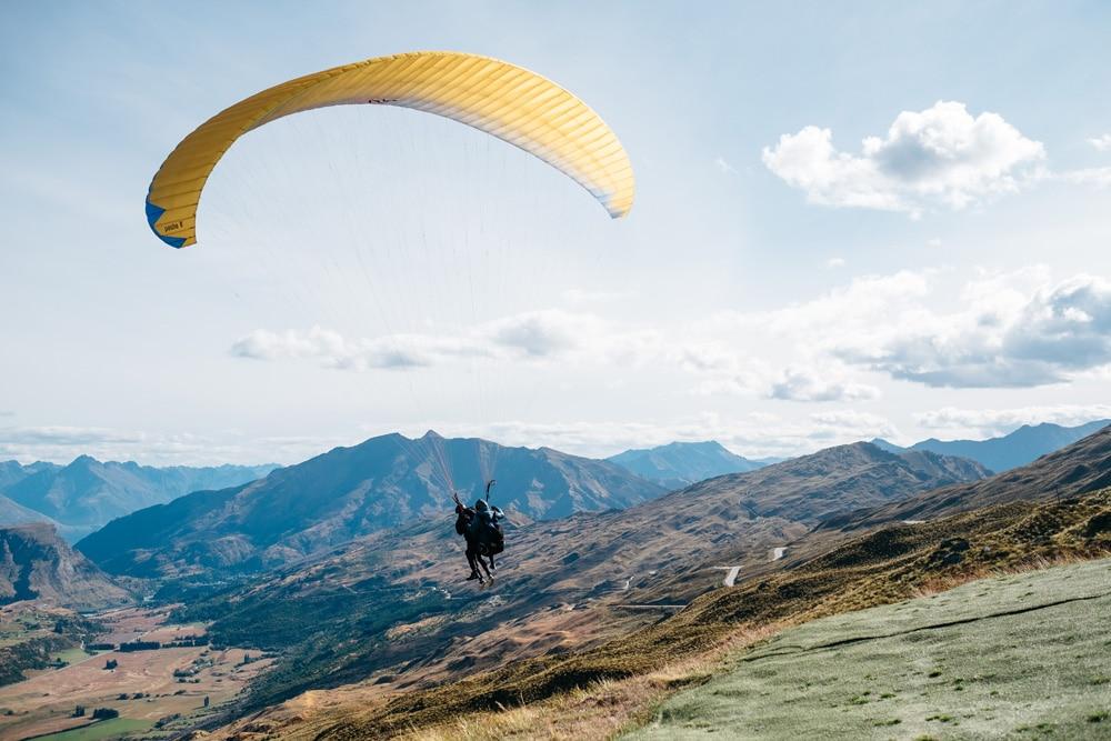 Auch Paragliding ist in Queenstown möglich, Foto: Pablo Heimplatz / Unsplash
