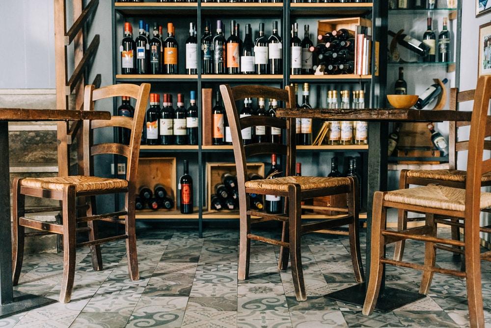 Weingeschäft in Radicofani in der Provinz Siena, Foto: Gabriella Clare Marino / Unsplash