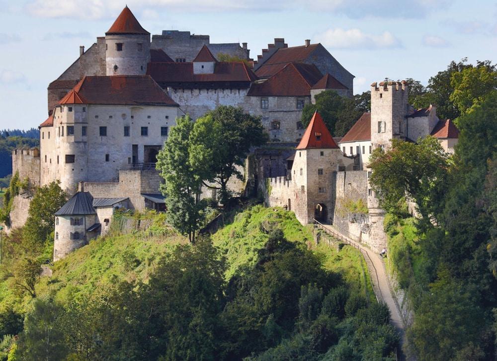 """Idyllischer Weg zur Burg Burghausen: Hier erleben Reisende Mittelalterflair und Naturgenuss.  Foto: """"obs/Museum für Franken/BTG_Gerhard Nixdorf"""""""