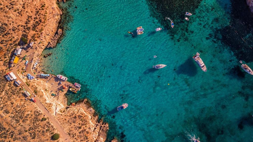 Es gibt einige blaue Lagunen - wie hier auf Comino - auf Malta zu entdecken, Foto: Mike Nahlii / Unsplash