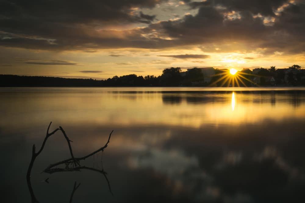 Man muss für einen schönen Sonnenaufgang nicht unbedingt an die Küste, die Gewässer in Brandenburg bieten ebenfalls solch schöne Momente, Foto: Felix Hoffmann / Unsplash