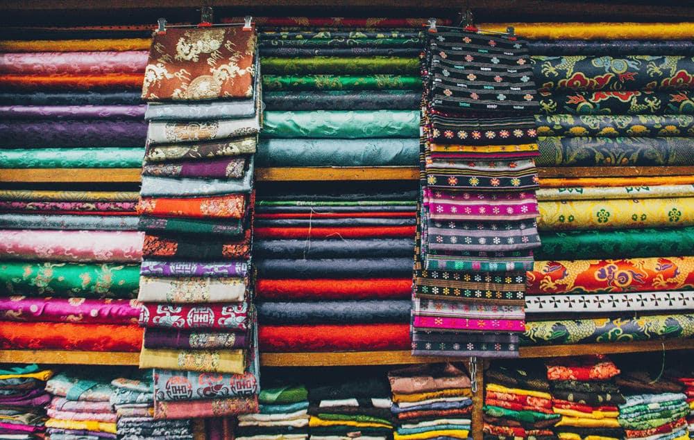 Die Textil-Branche ist kaum entwickelt in Bhutan, Foto: Aaron Santelices / Unsplash