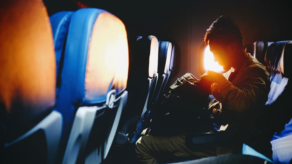 Handgepäck in der Kabine - das Wichtigste immer dabei, Foto: Bambi Corro / Unsplash
