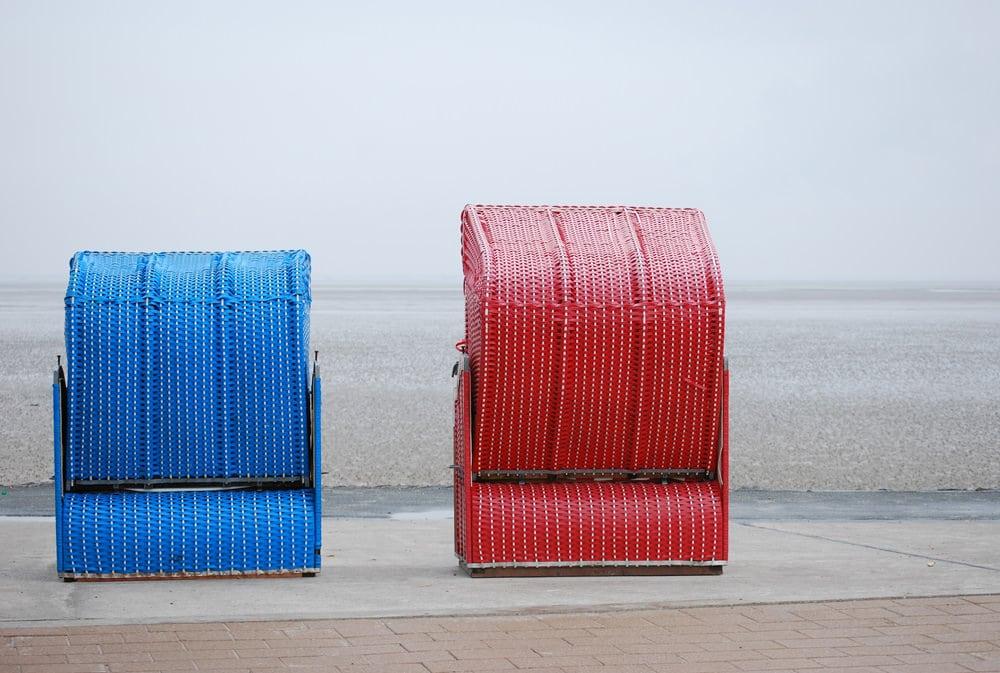 Auch an Regentagen von Trübheit keine Spur: Strandkörbe auf Butjadingen, Foto: Ilse Orsel / Unsplash