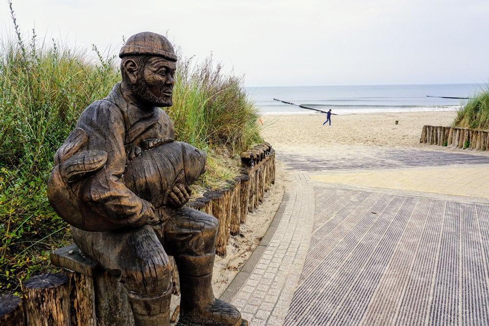 Sehenswert in Zinnowitz: die Fischer-Figur am Strand, Foto: skuter56 / Pixabay