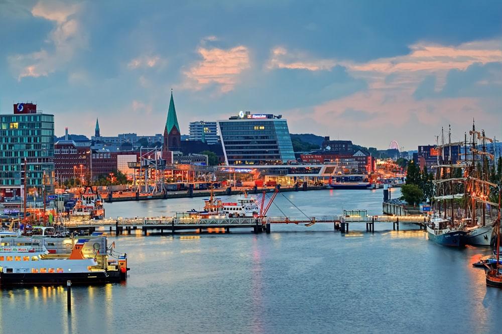 Abends an der Kieler Förde, Foto: motorradcbr / Adobe Stock