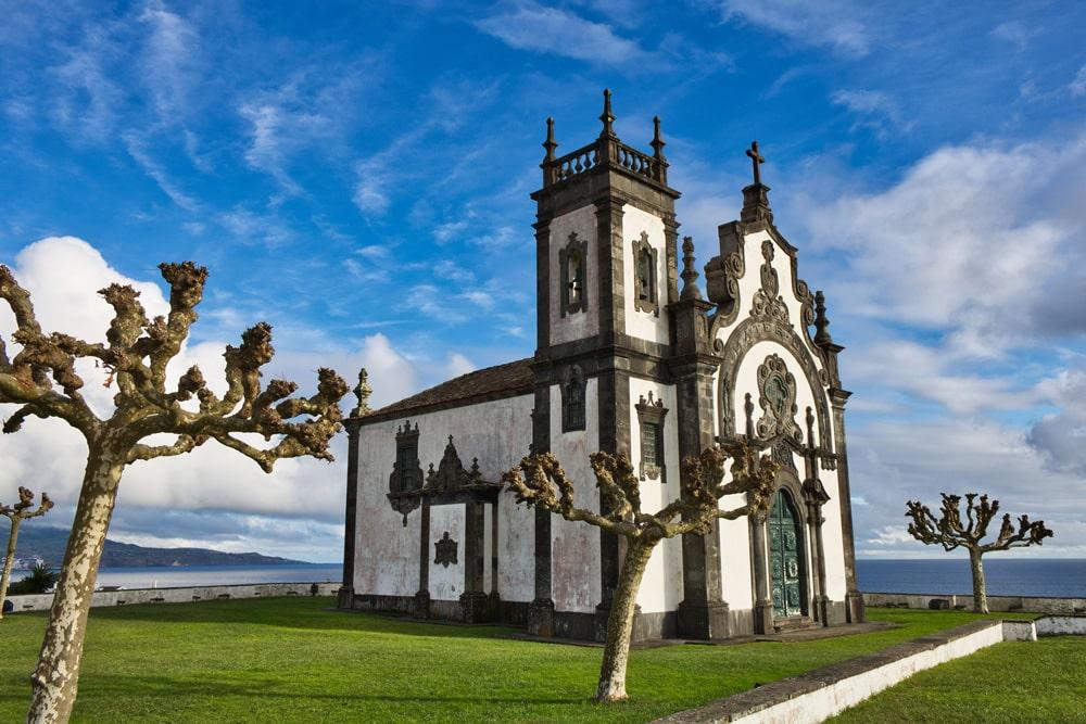 Die Kirche in Ponta Delgada ist eine der Sehenswürdigkeiten auf den Azoren - nicht nur an Feiertagen, Foto: Comanche0 / Pixabay