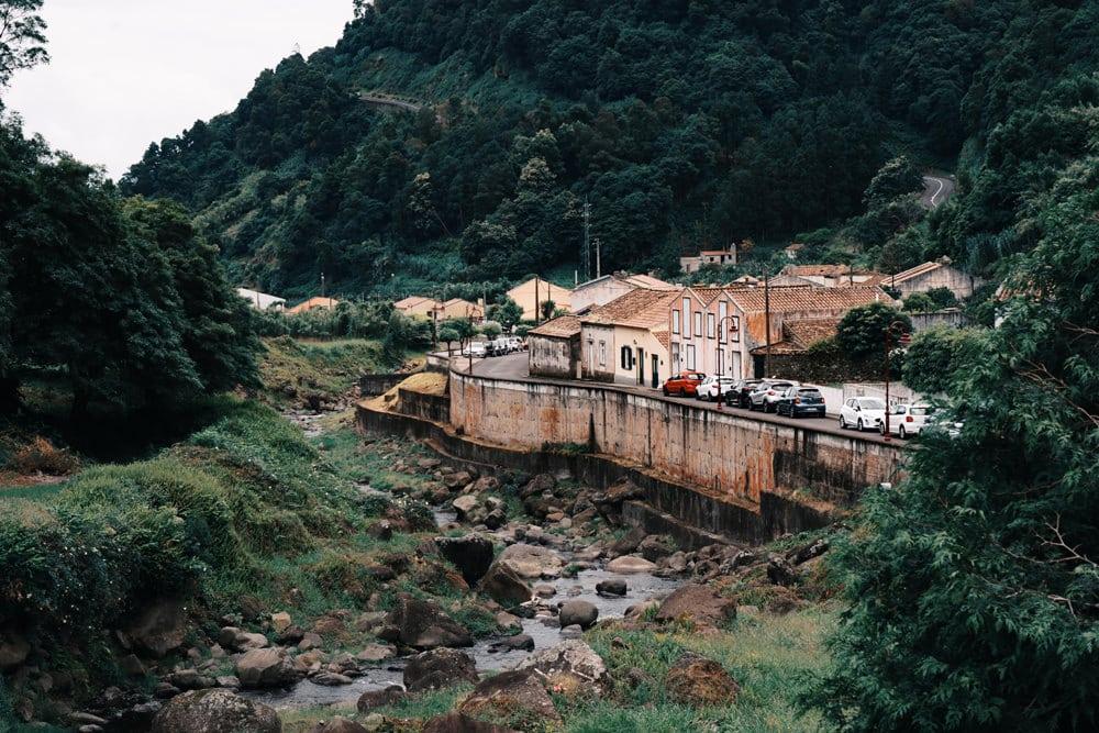 Eine Stadt auf Sao Miguel, Foto: Daniel Cox / Unsplash