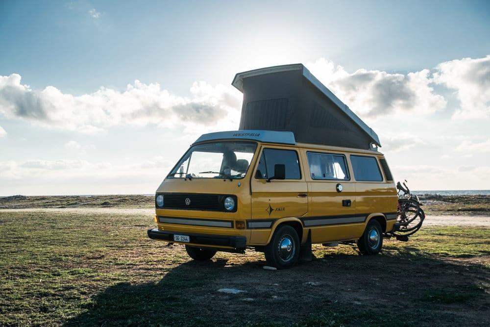Mit dem Camper-Bus nach Sardinien, Foto: Tobias Weinhold / Unsplash