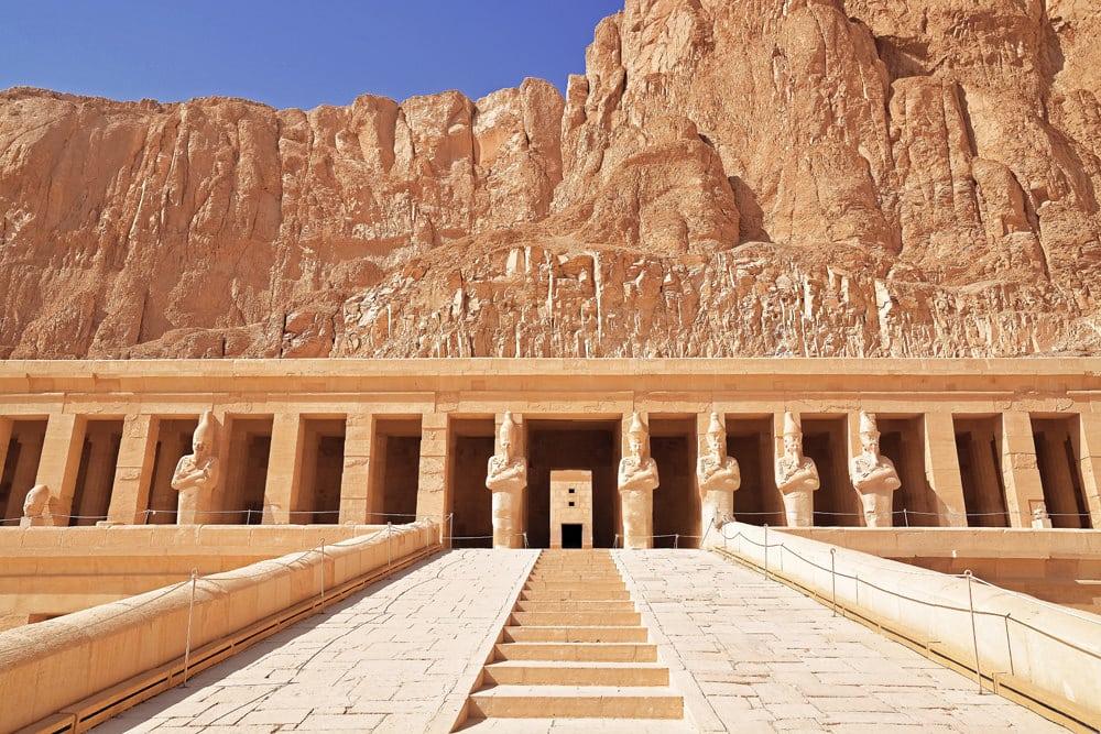 Auch das Grab von Pharaonin Hatschepsut liegt im Tal der Könige, Foto: Jeremy Zero / Unsplash