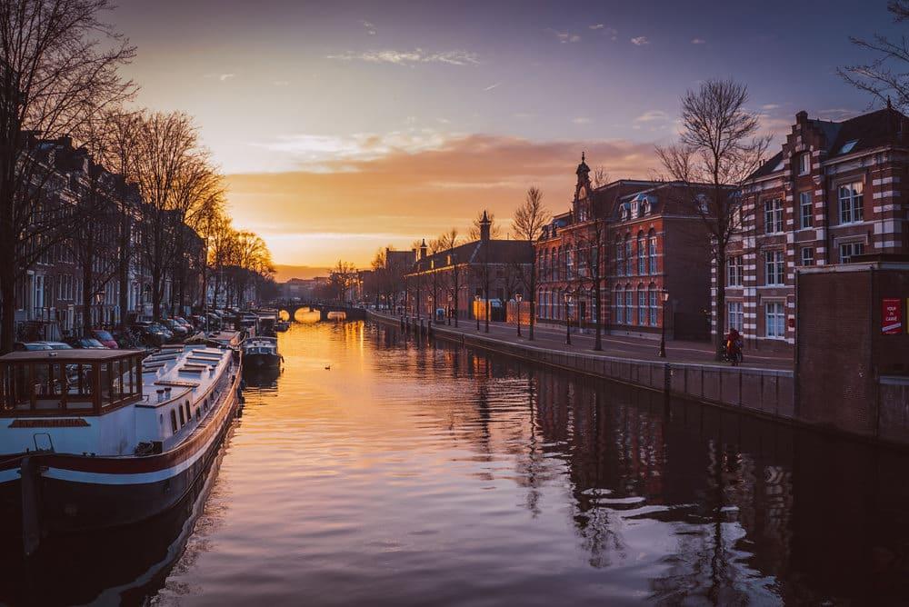 Wer in Amsterdam ist, sollte unbedingt eine Grachtenfahrt unternehmen, Foto: Piotr Chrobot / Unsplash