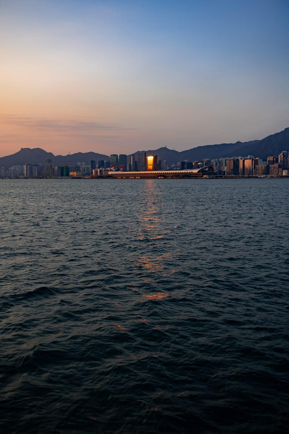 Blick auf das neue Kai Tak Cruise Terminal vom Meer aus, Foto: Red John / Unsplash