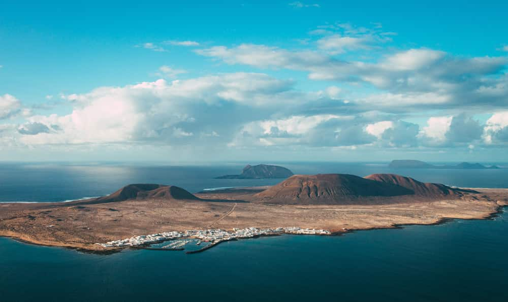 Lanzarote gehört wie Fuerteventura und Gran Canaria zu den beliebten kanarischen Inseln, Foto: Zinah Insignia / Unsplash