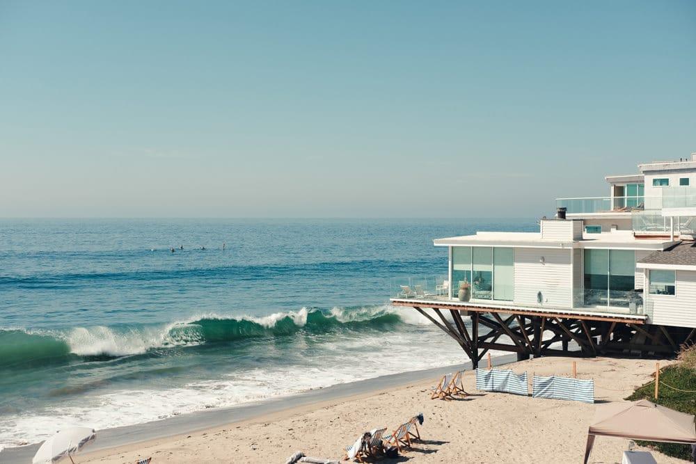 Am Strand von Malibu befinden sich traumhafte Strandhäuser, Foto: Allison Huang/ Unsplash